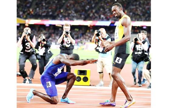 Hành động tôn vinh của nhà tân vô địch 100m Galtin (trái) trong ngày chia tay huyền thoại điền kinh thế giới Usain Bolt
