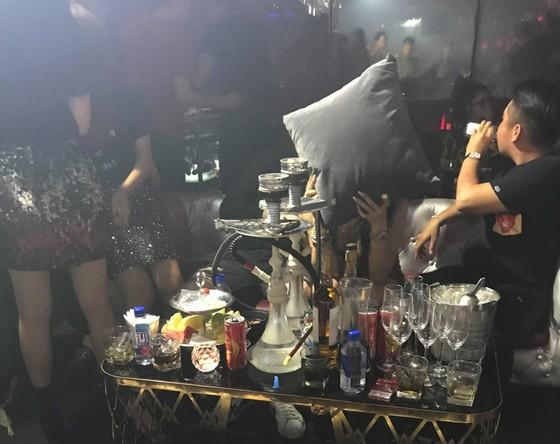 Kiểm tra quán bar, nhiều nam nữ phê bong bóng cười ảnh 1