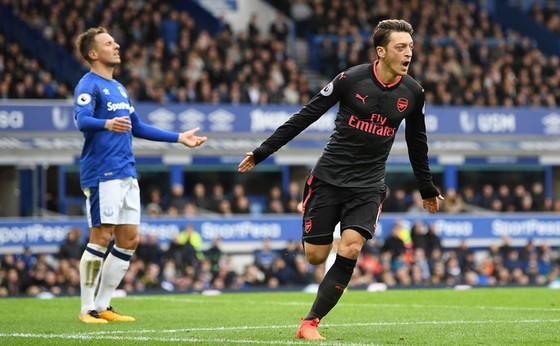 Mesut Ozil (phải) sẽ dẫn dắt hàng công Arsenal đánh bại Everton