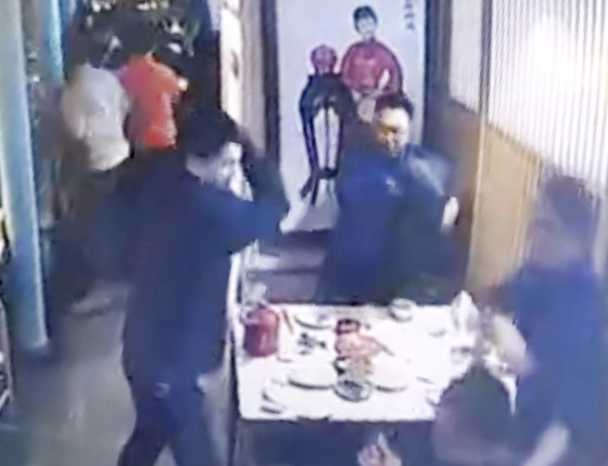 Tấn công bằng dao tại trung tâm mua sắm ở Bắc Kinh ảnh 1