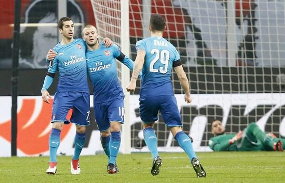 Niềm vui của các cầu thủ Arsenal trên sân San Siro