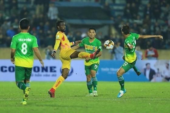 Nam Định (áo vàng) sẽ chịu nhiều áp lực trên sân Gò Đậu của Bình Dương vào ngày 16-3.
