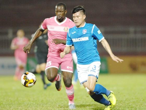 CLB Sài Gòn (trái) để thua 1 - 2 trước Than Quảng Ninh ngay trên sân Thống Nhất. Ảnh: NGUYỄN NHÂN