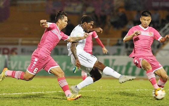 CLB TP Hồ Chí Minh (áo trắng) trong trận thắng CLB Sài Gòn 2 - 1. Ảnh: DŨNG PHƯƠNG