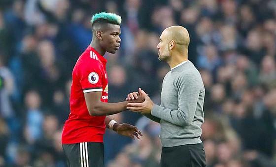 Paul Pogba bắt tay HLV Pep Guardiola trong trận Man.United thắng Man.City 3 - 2