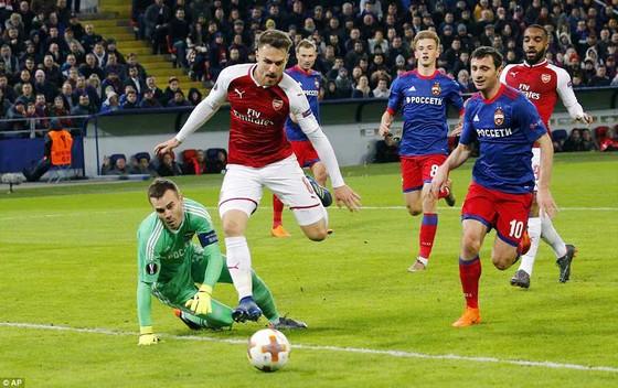 Arsenal (áo đỏ) trải qua trận đấu khó khăn trên sân CSKA Moscow