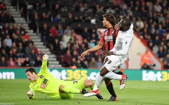 Lukaku (phải) ghi bàn ấn định chiến thắng 2 - 0 cho Man.United