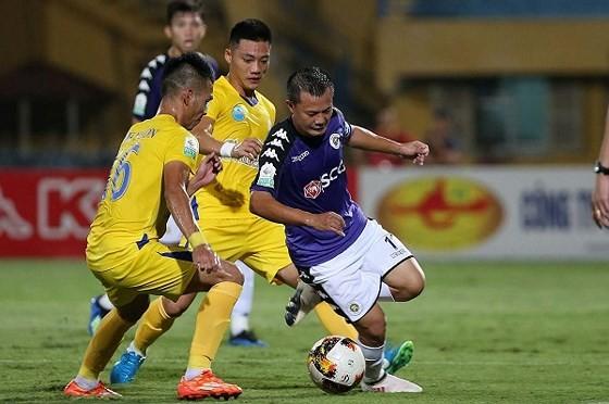 CLB Hà Nội (phải) trong trận thắng Sanna Khánh Hòa tại vòng 10. Ảnh: MINH HOÀNG
