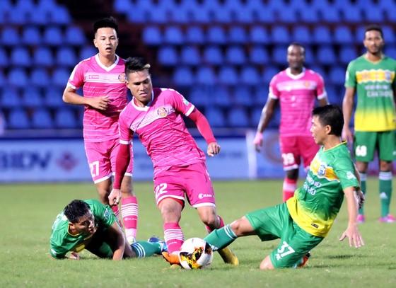 Quốc Long (22, TP Hồ Chí Minh) đi bóng trước hàng phòng ngự XSKT Cần Thơ. Ảnh: NGUYỄN NHÂN
