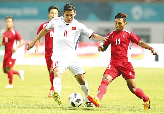 Anh Đức (trái) và Olympic Việt Nam phải chiến đấu hết mình bất kể đối thủ là ai. Ảnh: DŨNG PHƯƠNG
