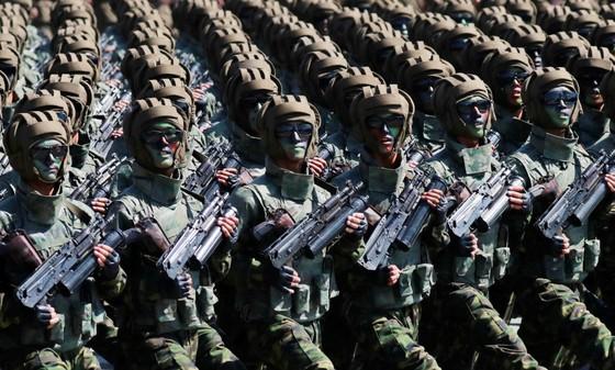 CHDCND Triều Tiên diễu binh không có tên lửa tầm xa mừng 70 năm Quốc khánh ảnh 9