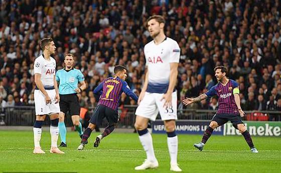 Sự thất vọng của các cầu thủ Tottenham (áo trắng) trong trận đấu với Barcelona.