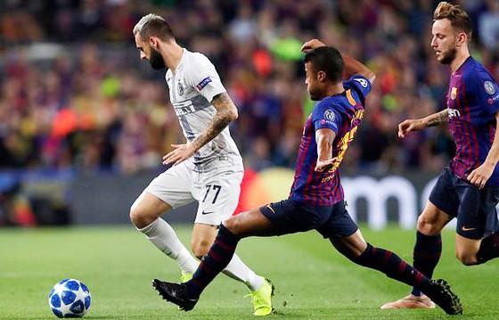 Barcelona (phải) trong chiến thắng 2 - 0 trước đội khách Inter Milan.