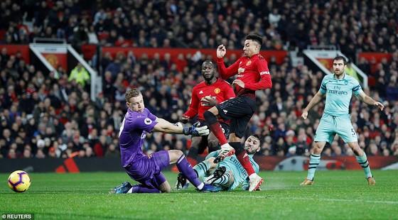 """Chelsea """"phơi áo"""" trước Wolverhampton, Man.United chia điểm với Arsenal ảnh 1"""