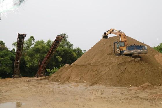 Bắt hàng loạt đối tượng hợp thức hóa nguồn gốc cát khai thác trái phép ảnh 1