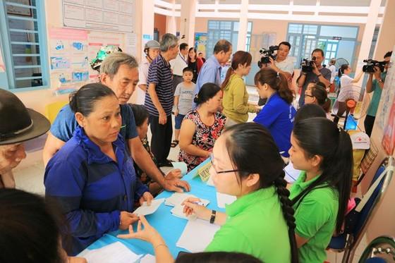 Khám bệnh, phát thuốc, tặng quà cho người dân huyện Bình Chánh ảnh 1