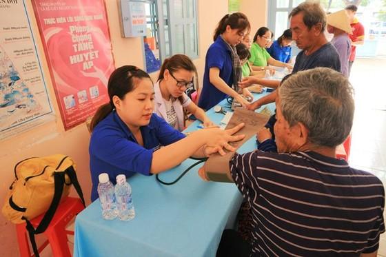 Khám bệnh, phát thuốc, tặng quà cho người dân huyện Bình Chánh ảnh 2