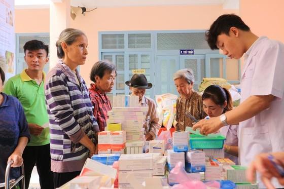 Khám bệnh, phát thuốc, tặng quà cho người dân huyện Bình Chánh ảnh 3