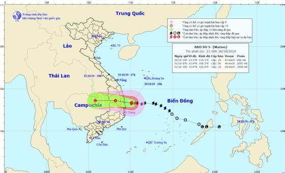 Đêm 30-10, Bình Định 'gồng mình' ứng phó với bão số 5  ảnh 3
