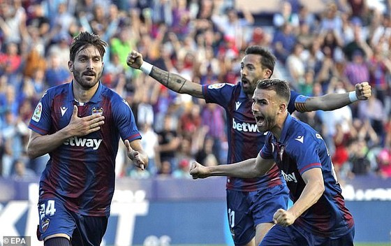 Cú sốc tại vòng 12 - La Liga: Barcelona gục ngã trước Levante, Real Madrid bị Real Betis cầm chân ảnh 1