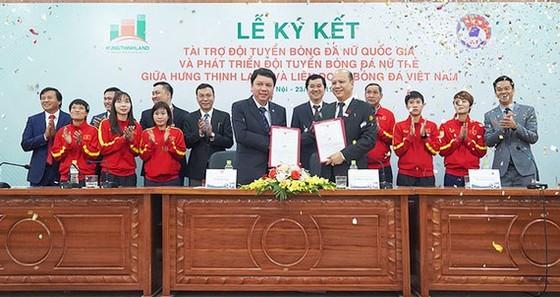 Ông Lê Trọng Khương – Tổng Giám đốc Hưng Thịnh Land (bên phải) và ông Lê Hoài Anh - Tổng thư ký LĐBĐ Việt Nam (bên trái) trong lễ ký kết