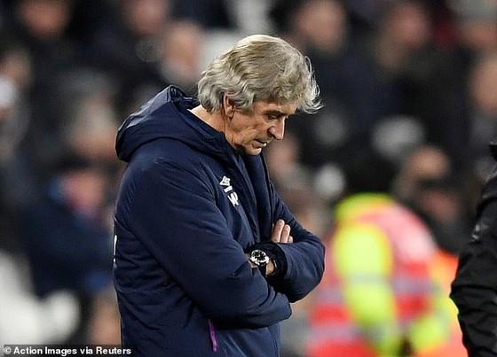 HLV Pellegrini trong trận thua Leicester