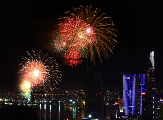 Chiêm ngưỡng màn bắn pháo hoa rực rỡ mừng năm mới Canh Tý 2020 tại TPHCM ảnh 2