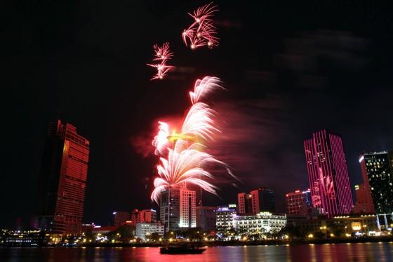 Chiêm ngưỡng màn bắn pháo hoa rực rỡ mừng năm mới Canh Tý 2020 tại TPHCM ảnh 3