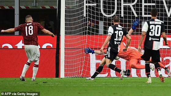 Ante Rebic (số 18) ghi bàn ấn định chiến thắng vang dội 4 - 2 cho AC Milan. Ảnh: Getty Images