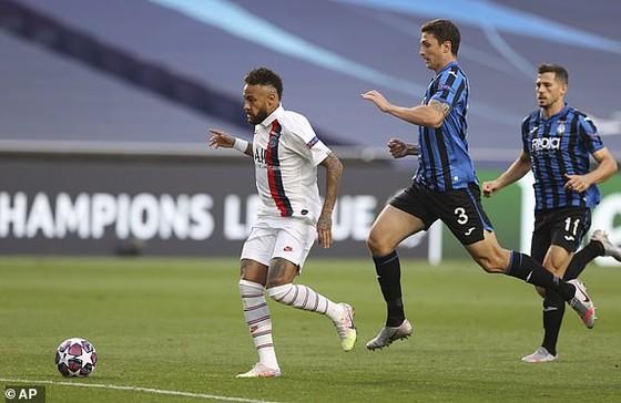 Neymar (trái) vượt qua các hậu vệ của Atalanta nhưng không thể ghi bàn mở tỷ số ở ngay phút thứ 3. Ảnh: AP
