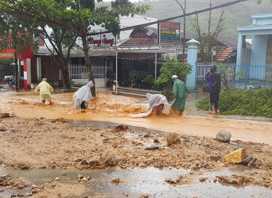 Sau bão, người dân trở về trong tan hoang ảnh 4