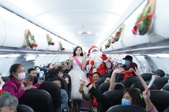 Cùng Hoa hậu Việt Nam Đỗ Thị Hà đón Giáng sinh cổ tích trên độ cao 10.000m ảnh 8
