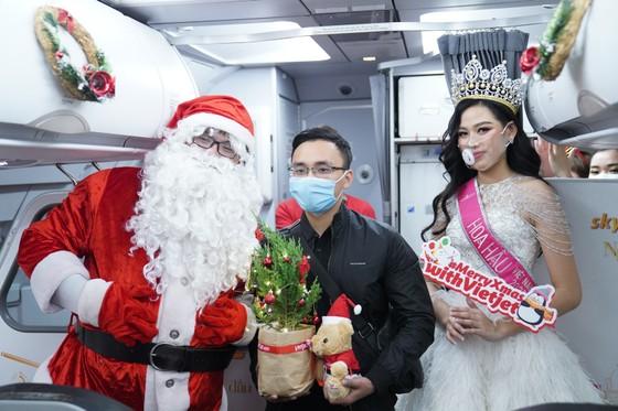 Cùng Hoa hậu Việt Nam Đỗ Thị Hà đón Giáng sinh cổ tích trên độ cao 10.000m ảnh 9