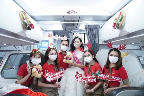 Cùng Hoa hậu Việt Nam Đỗ Thị Hà đón Giáng sinh cổ tích trên độ cao 10.000m ảnh 10