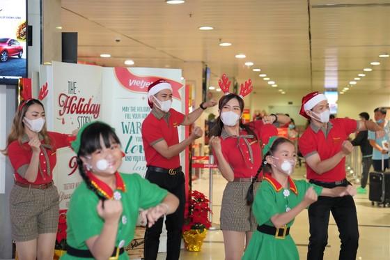 Cùng Hoa hậu Việt Nam Đỗ Thị Hà đón Giáng sinh cổ tích trên độ cao 10.000m ảnh 2