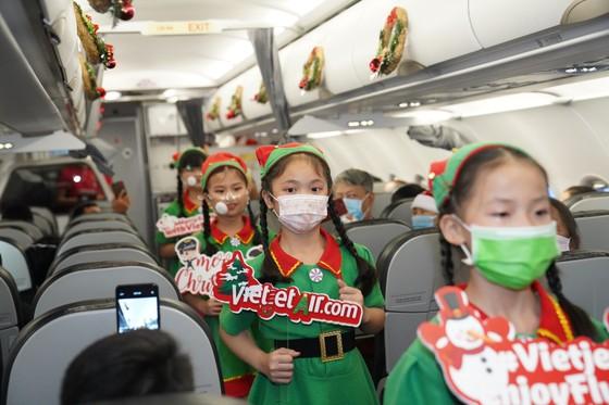 Cùng Hoa hậu Việt Nam Đỗ Thị Hà đón Giáng sinh cổ tích trên độ cao 10.000m ảnh 5