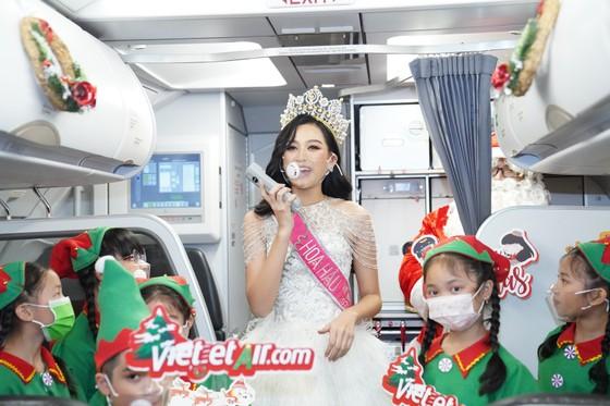 Cùng Hoa hậu Việt Nam Đỗ Thị Hà đón Giáng sinh cổ tích trên độ cao 10.000m ảnh 6
