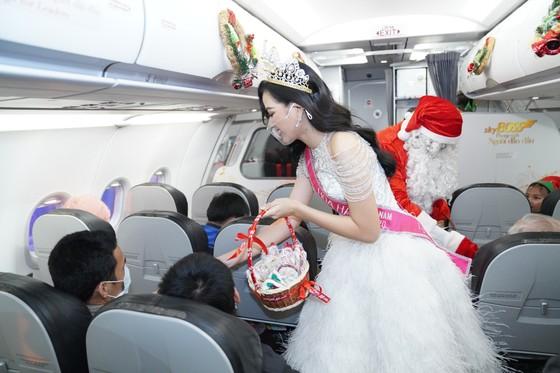 Cùng Hoa hậu Việt Nam Đỗ Thị Hà đón Giáng sinh cổ tích trên độ cao 10.000m ảnh 7