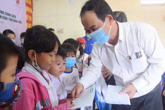 Trao học bổng cho 100 học sinh gia đình chính sách tại Vĩnh Long ảnh 2