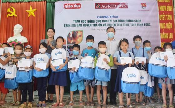 Trao học bổng cho 100 học sinh gia đình chính sách tại Vĩnh Long ảnh 1
