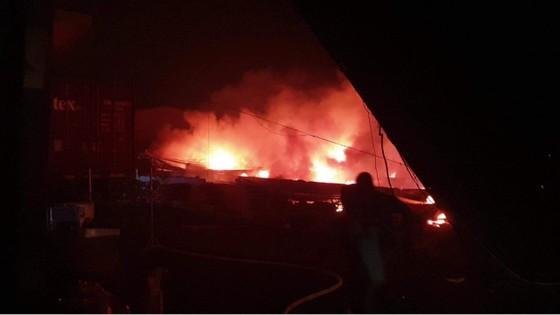 Cháy lớn tại công ty giày ở quận Bình Tân, 198 chiến sĩ nỗ lực cứu hỏa ảnh 4
