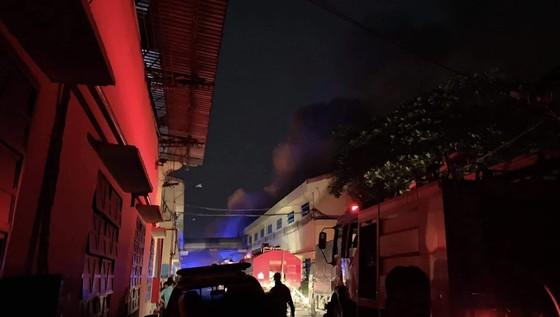 Cháy lớn tại công ty giày ở quận Bình Tân, 198 chiến sĩ nỗ lực cứu hỏa ảnh 3