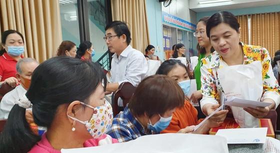Tặng quà Tết 100 hộ nghèo tại quận Bình Tân ảnh 1