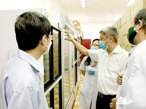 Thứ trưởng Bộ Y tế Nguyễn Trường Sơn kiểm tra công tác chuẩn bị tiêm vaccine Covid-19 tại Bệnh viện Bệnh nhiệt đới TPHCM.