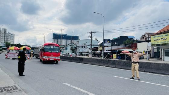 Công an TPHCM tăng cường kiểm tra cửa ngõ ra vào thành phố ảnh 4