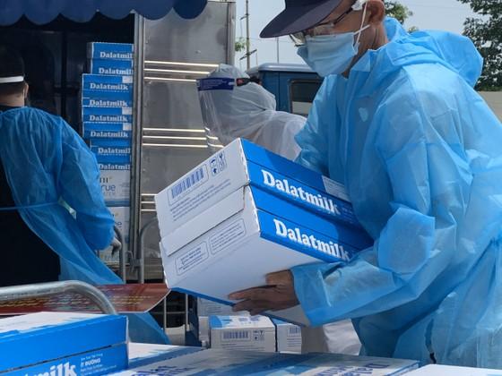 Tập đoàn TH trao tặng 81.240 ly sữa tươi sạch góp sức chống dịch cùng TPHCM ảnh 1