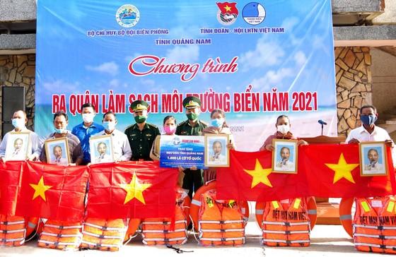 Trao tặng 1.000 lá cờ Tổ quốc cùng nhiều phần quà cho ngư dân ven biển miền Trung ảnh 1