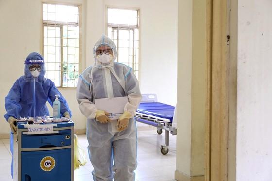 Tất bật ở các bệnh viện dã chiến điều trị Covid-19 ảnh 4
