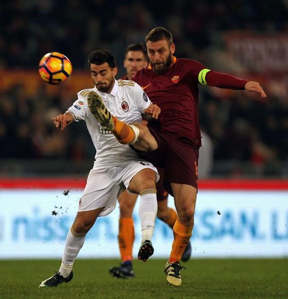 Daniele De Rossi (phải, Roma) phá bóng trước Suso (AC Milan)