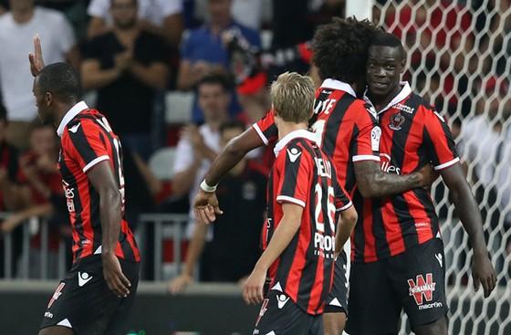 """Mario Balotelli (ngoài cùng bên phải) đã lập """"cú đúp"""" vào lưới Marseille trong trận lượt đi"""